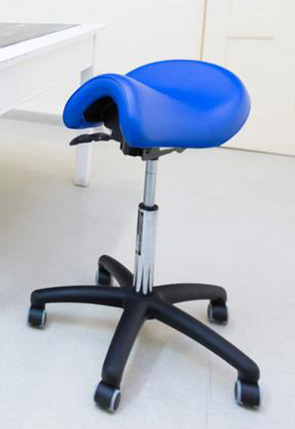 Saddle seat for opticians